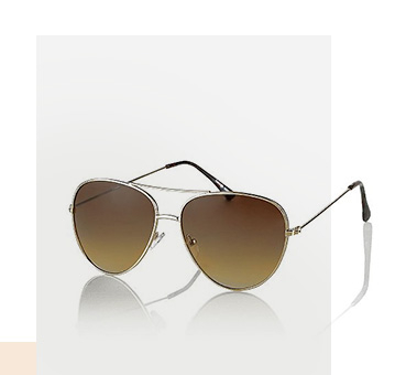 Get set for the sun and grab these aviator sunglasses, complete with gold-tone frames