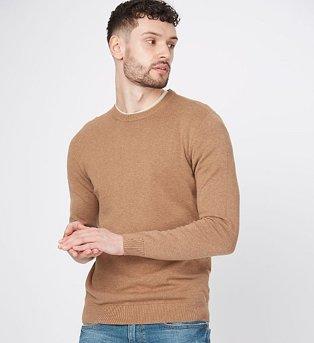 Man wearing a brown lightweight crew neck jumper
