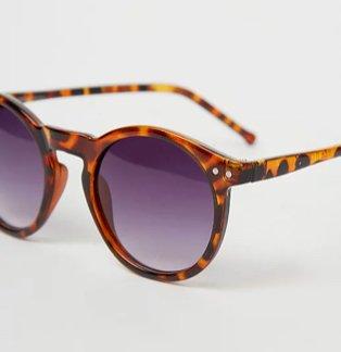 Tortoiseshell effect round sunglasses.