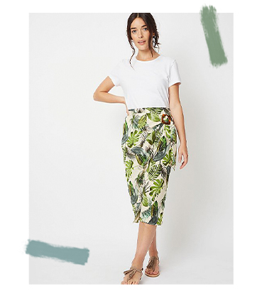 This midi skirt is designed with a beautiful leaf print