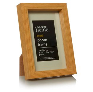 Wooden-effect photo frame.