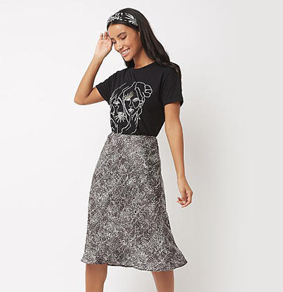 83d9621255cd Take a look at 3 ways to stand out in a silky skirt