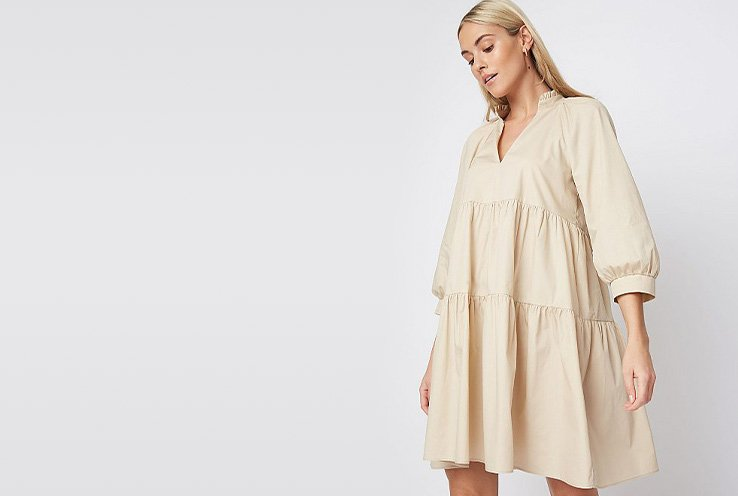 Woman wearing a beige oversized dress