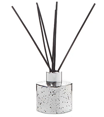 This gin fizz scented reed diffuser is styled in a speckled, silver-toned jar, making it a stylish addition to any room