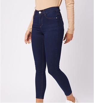 Woman wearing dark blue skinny jeans
