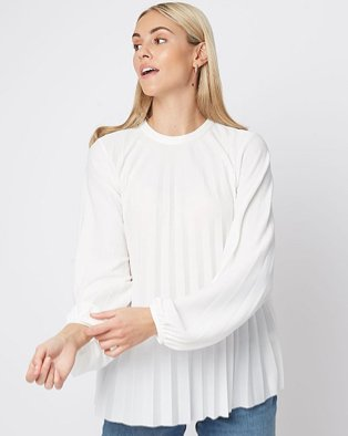 Woman wearing a white blouse with pleats