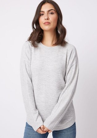 Woman wearing a grey slouchy jumper