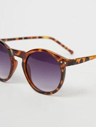 Brown tortoiseshell effect round sunglasses.